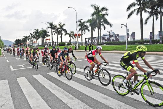 福州-永泰国际公路自行车赛开赛,来自世界各地的132名选手展开激图片