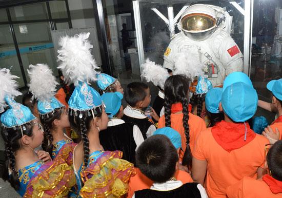 阿勒泰/5月19日,来自新疆阿勒泰布尔津县的小朋友们在中国航天城航天...