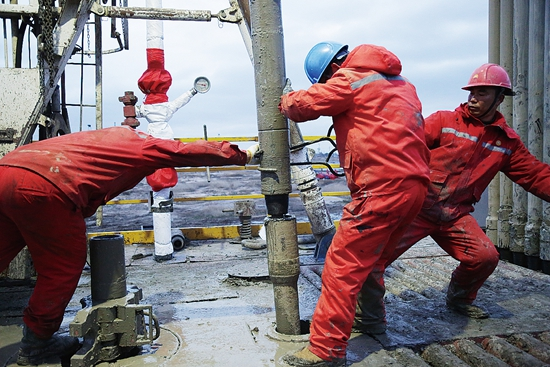 钢铁1205队石油工人工作现场 苏州大学 袁洁摄