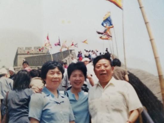 年龄渐长,我越来越频繁地在自己身上看到她们。 最近一次缝扣子,我嘴唇顺着走针的方向努着。我从小在妈妈和外婆脸上无数次见过这个表情。 再低头一看,线头双结,穿过去固定。那是她俩教我的针脚。 我们是新中国最普通的三代女性,怀着各自时代的希望和遗憾。我们的家族史,记录在这个国家近百年前进的脚印里。