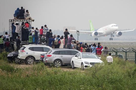5月5日,上海,c919国产大飞机在浦东国际机场准备首飞.
