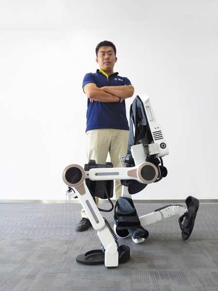 看到这一幕的刘文(化名)坐在轮椅上激动地抓住可穿戴机器人发明