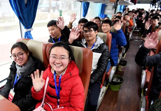 1月23日,在安徽省合肥市安徽农业大学,大学生们准备乘大巴车回家.图片