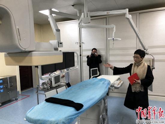 2月19日当天,贵州省黔东南苗族侗族自治州台江县人民医院的门诊量达到了600人次,院长汪四花看着门诊楼里大家排队耐心等候看病,内心充满了成就感。但同时,她又在考虑接下来需要出台一些措施,减少患者在门诊等候的时间。2016年9月,汪四花到台江县人民医院担任院长,当时,医院每天门诊量不足200人次。3年来,门诊量已经是过去的3倍。 2016年4月,浙江大学医学院附属第二医院(以下简称浙大二院)与台江县人民医院结成对口支援对子,随后,台江县人民医院增挂浙江大学医院附属第二医院台江分院牌(以下简称为台江分