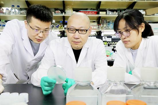 刘陈立团队照片 由左至右:李登进(共同作者),刘陈立(通讯作者),刘为荣(共同第一作者)。