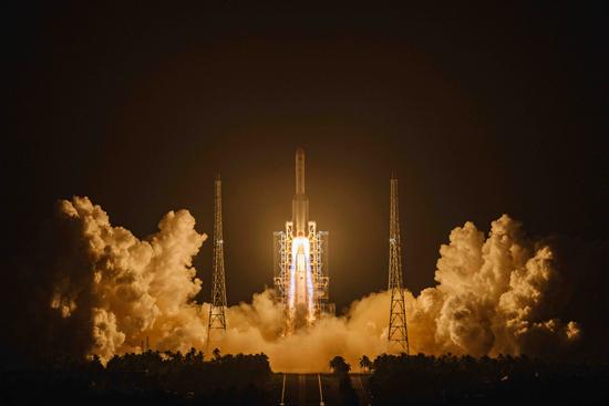 12月27日晚,长征五号遥三运载火箭成功发射。郭文彬/摄