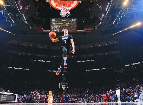 NBA全明星周末上演惊人扣篮大赛图片