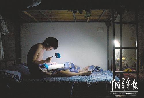 熄灯后,继续复习的学生-中国青年报