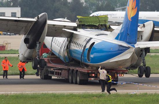 幸福航空事故飞机被拖走-中国青年报