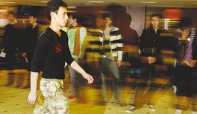 """2006年12月26日,中国时装设计师计文波在北京从五百名男模中挑选一名合适的东方男人的""""第一面孔"""",这名合格的男模将与计文波共同代表中国服装设计师将在2007年1月举行的意大利米兰时装周上首次亮相."""