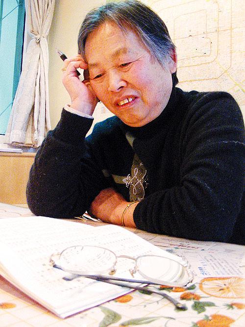 """任俊娥/身为一名""""作家"""",任俊娥的写作工具十分寒碜:一本没有封皮的..."""