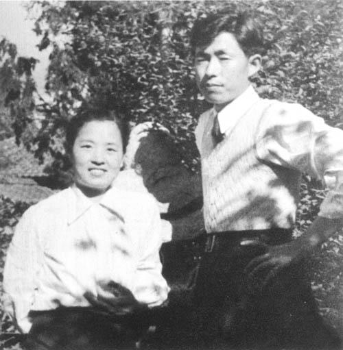 1948年郑律成与妻子丁雪松在平壤家的院子里