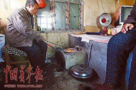 元月26日早晨,辽宁锦州王家窝铺,渔民颜世怀骑着自行车从家里往渔港赶。他家的辽锦渔15469号渔船和另外两艘船被封冻在码头边的海冰上已经快一个月了。自去年年底到今年年初,受持续低温寒潮天气影响,我国渤海、黄海海域遭遇了30年来最严重的海冰冰情。这对沿海各地的海上交通、水产养殖、石油生产等涉海生产和群众生活带来了一定的影响和损失。 据有关部门观测,渤海海面结冰面积达到3.6万平方公里,约占渤海海面40%,部分海域冰层超过1米,平均冰层比往年加厚一倍。在锦州市周边海域,浮冰最大外缘线达21海里,王家窝铺海冰