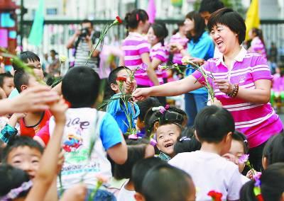 北京东城区第二幼儿园举行教师节拜师会
