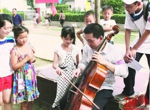 美国耶鲁大学音乐学院研究生张博 BR\/ 为村里