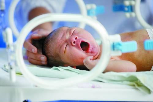 安徽省 淮北市/11月22日,安徽省淮北市,一家医院的护士在新生儿病房内护理...