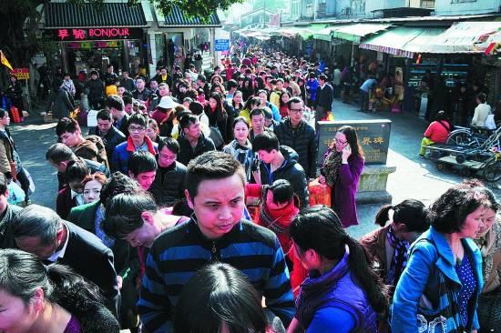 沙头角/1月14日,深圳市盐田区沙头角中英街,市民排队等待出沙头角...