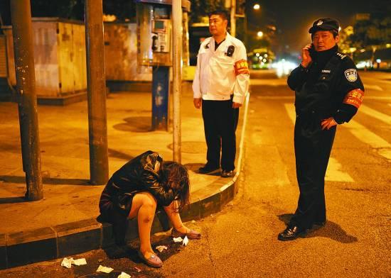 民警正在劝解一位醉酒女孩