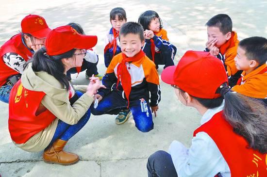 """""""关爱心灵比送书包更迫切"""" - 中国社工时报 - 中国社会工作人才服务平台"""